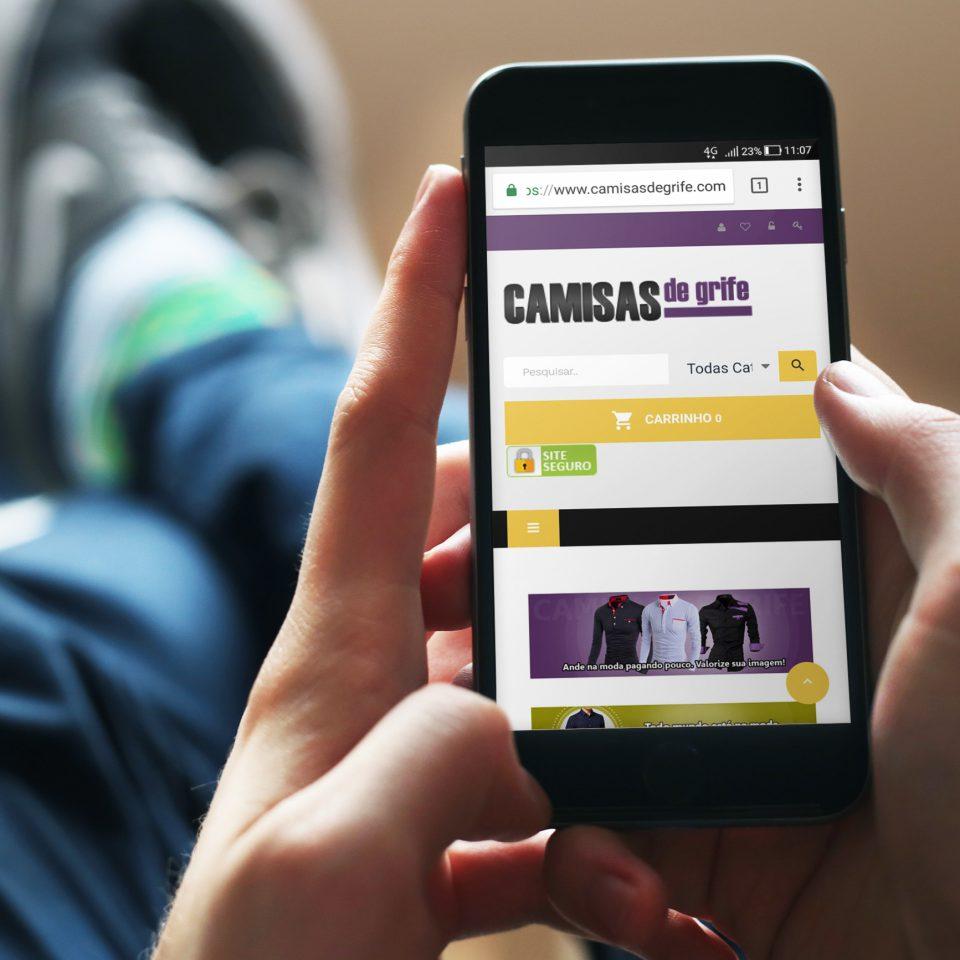Pessoa acessando loja virtual em um smartphone